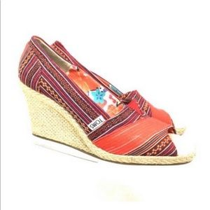 TOMS. Size W 8.5. Lina Red India Print Toe Wedges